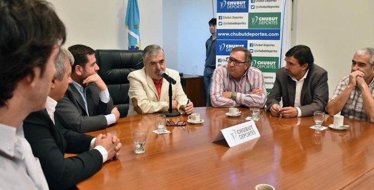El gobernador Mario Das Neves durante la reunión que mantuvo ayer en Casa de Gobierno.