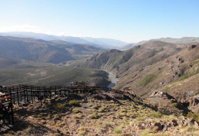 El mirador La Puntilla está ubicado estratégicamente sobre un risco de unos 1.000 metros de altura y cuenta con seis balcones unidos por una pasarela confeccionados en madera.