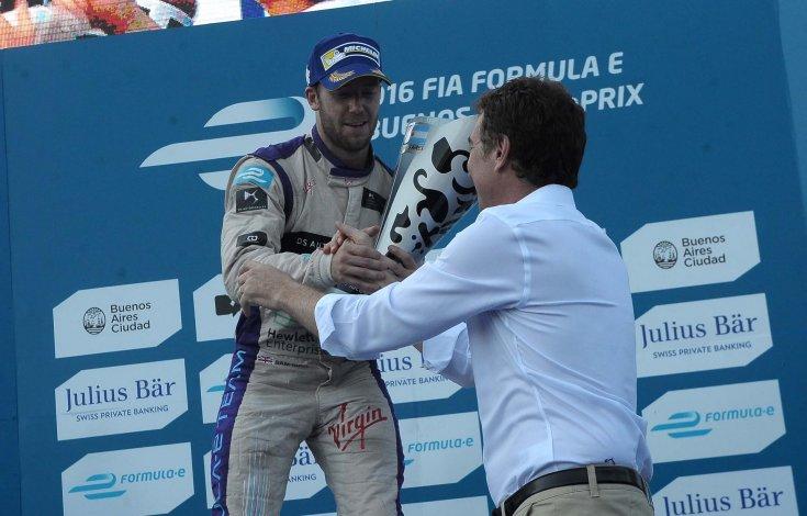 El inglés Sam Bird recibe el trofeo ganado ayer en la Fórmula E que se presentó en Puerto Madero.