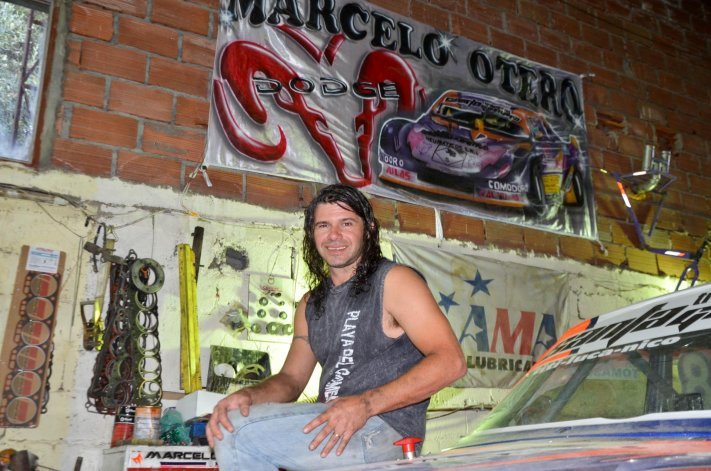 Marcelo Otero y la bandera que le regalaron sus seguidores luego de la consagración.