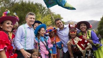 El Presidente junto a Sergio Massa al participar en el desentierro del Carnaval.