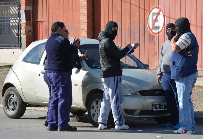 Personal de la División Delitos Complejos y Narcotráfico constató que dentro del vehículo había por lo menos una docena de bolsitas conteniendo cocaína.