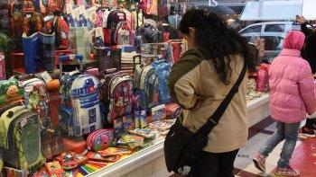 A tres semanas del inicio de las clases, los padres ya están preocupados en la compra de los útiles y uniformes para sus hijos.