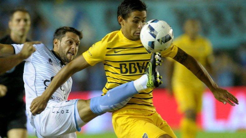 Marcelo Meli disputa el balón con Matías Sánchez en el partido jugado anoche entre Temperley y Boca.