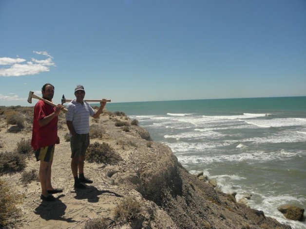 Milton y Tito Frintt listos para trabajar en la playa