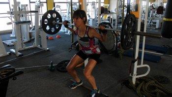 Natalia Robledo en los trabajos de resistencia que desarrolla en el gimnasio.