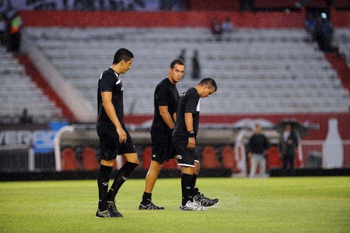 El árbitro Fernando Rapallini recorre el monumental junto a los jueces de línea.