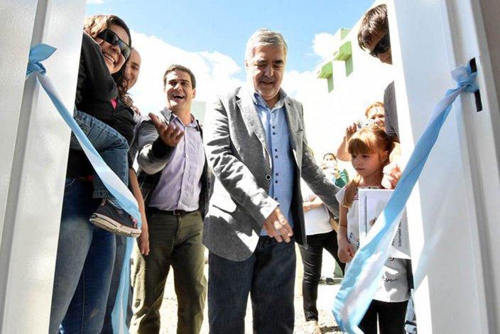 El gobernador entregó viviendas en Gaiman y denunció preadjudicaciones dudosas en Comodoro Rivadavia.