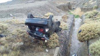 Al costado de un zanjón quedó el Chevrolet Corsa Classic que conducía Lucas Bazán, un joven de 24 años que volcó ayer por la mañana en el camino Centenario.