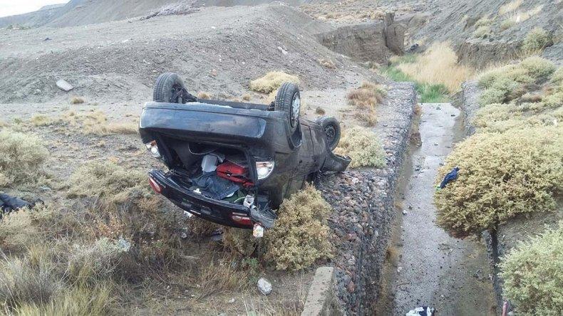 Al costado de un zanjón quedó el Chevrolet Corsa Classic que conducía Lucas Bazán