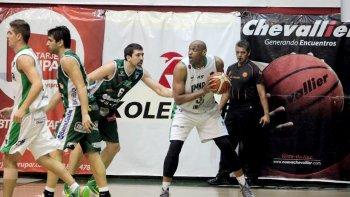 Samuel Clancy con el balón marcado por Gabriel Mikulas en el partido que anoche jugaron en Córdoba Atenas y Gimnasia Indalo.