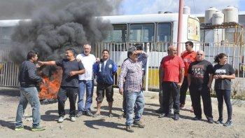 Trabajadores de Autobuses mantienen bloqueado el acceso a la base operativa, en reclamo del pago de salarios.