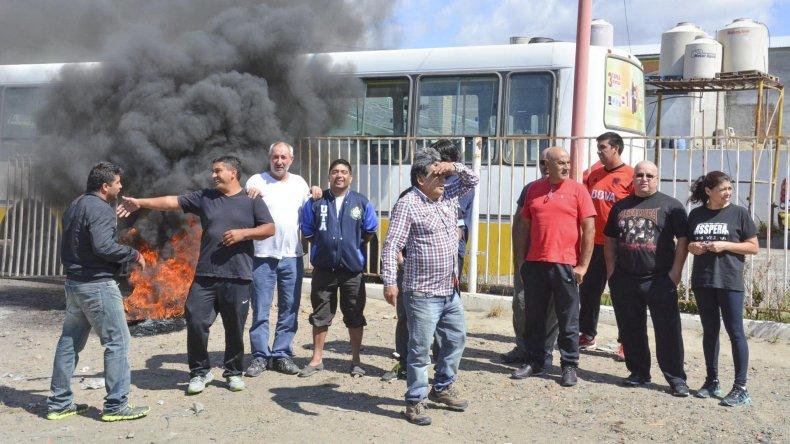 Trabajadores de Autobuses mantienen bloqueado el acceso a la base operativa