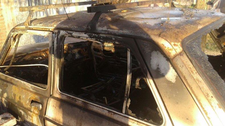 Le robaron en el interior de su auto y después se lo quemaron
