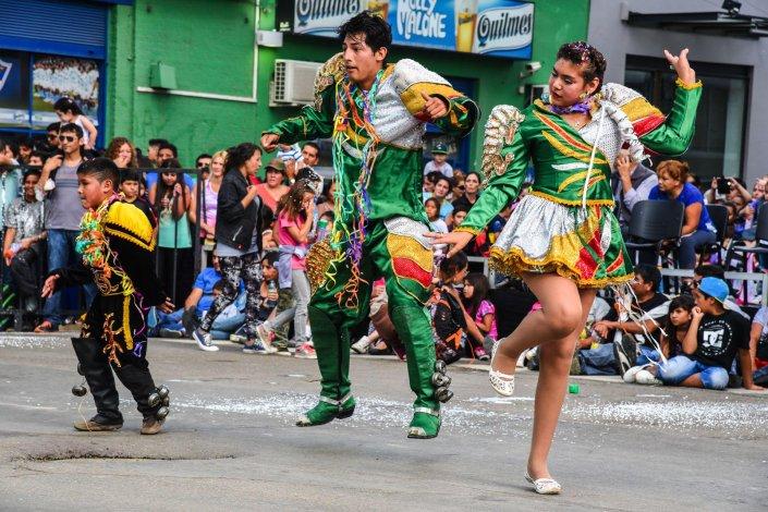 Veitiséis murgas desplegaron sus puestas en escena sobre la San Martín. Hoy el espectáculo se repetirá desde las 16:30.