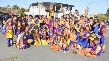 Niños, adolescentes y adultos de Los Covacheros hicieron su paso por el corsódromo de Caleta Olivia.
