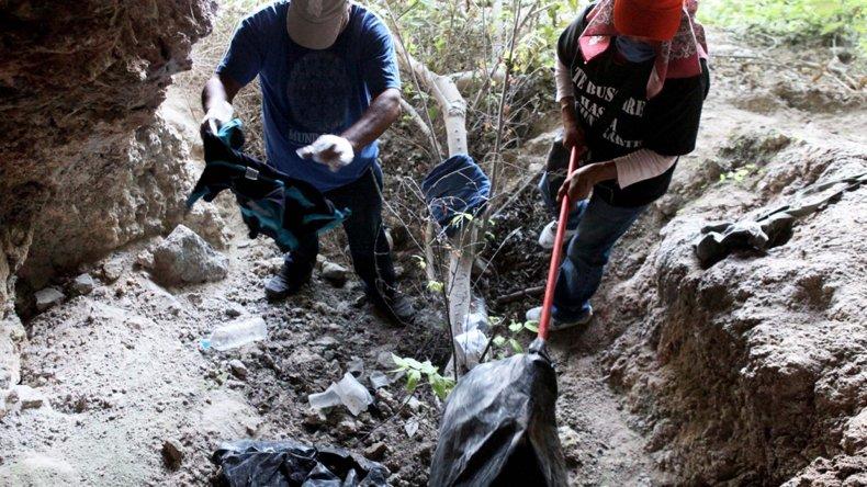 La búsqueda de indicios sobre los 43 estudiantes de Ayotzinapa desaparecidos en Guerrero.