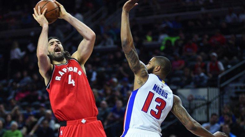 El porteño Luis Scola le gana un rebote a Marcus Morris de Detroit Pistons.