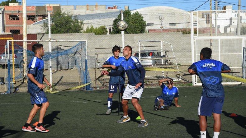 El plantel de Jorge Newbery trabajando ayer en su cancha auxiliar de cara al partido ante Florentino Ameghino.