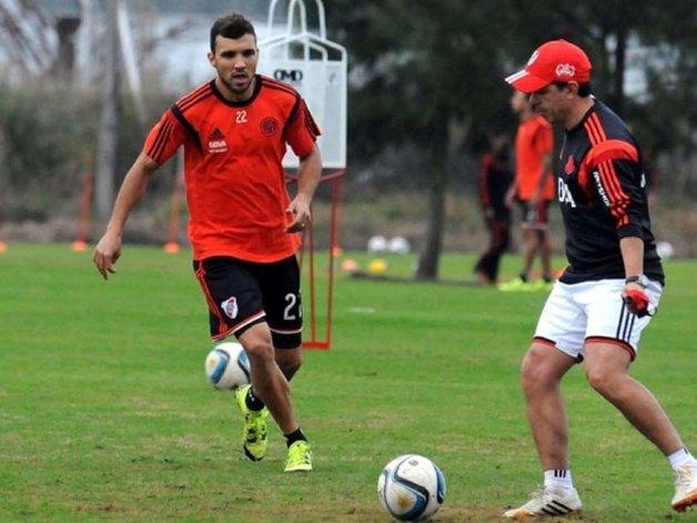 Nicolás Bertolo junto al DT Marcelo Gallardo. El volante fue figura en la goleada sobre Quilmes.
