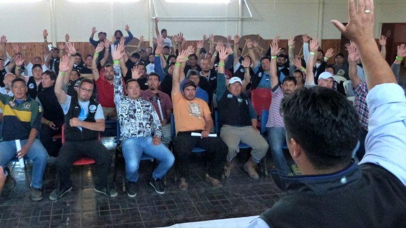 El cuerpo de delegados del Sindicato Petrolero Santa Cruz aprobó ayer por mayoría la moción de la comisión directiva y hoy se inician medidas de fuerza en yacimientos de Sinopec.