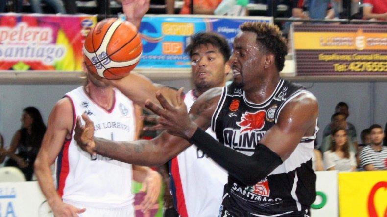 Justin Williams intenta tomar un rebote con Nicolás Aguirre.