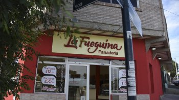 Los delincuentes se apoderaron de la recaudación del nuevo local de la panadería La Fueguina.