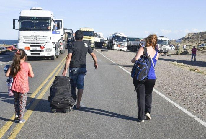 Centenares de pasajeros de micros de media distancia tuvieron que realizar trasbordos o bien completar su destino a pie por varios kilómetros.