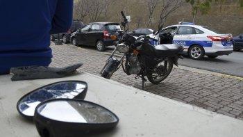 La policía interviene en el accidente en el que resultó herido el motociclista.