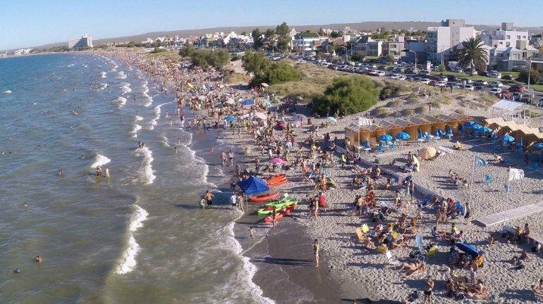 Puerto Madryn cuenta con hermosas y extensas playas equipadas con carpas y todo lo necesario para pasar las tardes disfrutando del sol.