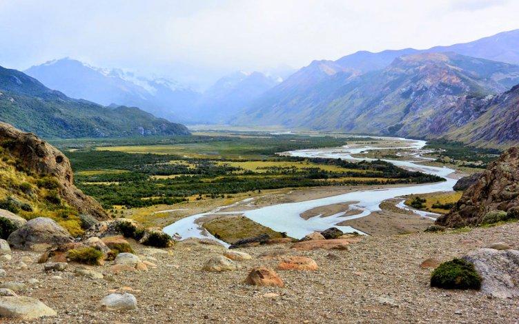 A muy pocos kilómetros de El Chaltén se encuentra el mirador que permite obtener una buena foto del cañadón del Río de las Vueltas con el magnífico cordón montañoso de fondo.