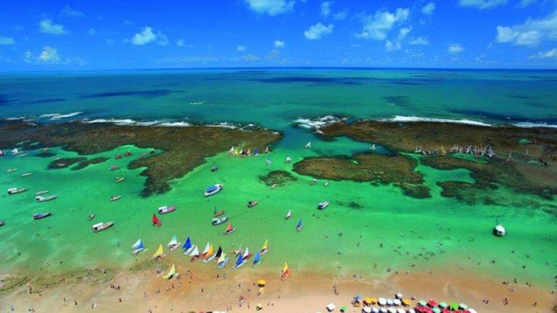 Espectaculares paisajes junto al verdoso y cristalino océano son algunas de las bellezas de Porto Galinhas.