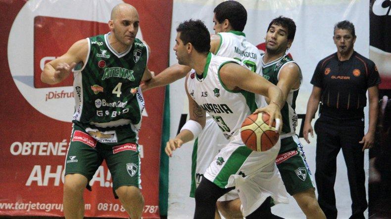 Diego Cavaco con el balón marcado por Diego Lo Grippo en una acción de juego donde también están Leonardo Mainoldi y Luciano González.