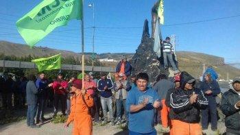 Luego de numerosas manifestaciones frente a la mega usina de Río Turbio, la UOCRA acordó el retiro voluntario del 80% de los 1.025 obreros.