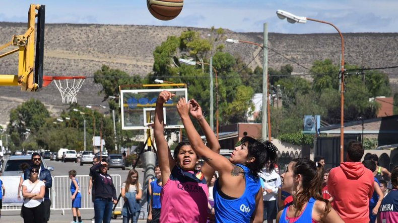 Las chicas también desplegaron su juego en la plaza de Brown y Moyano.