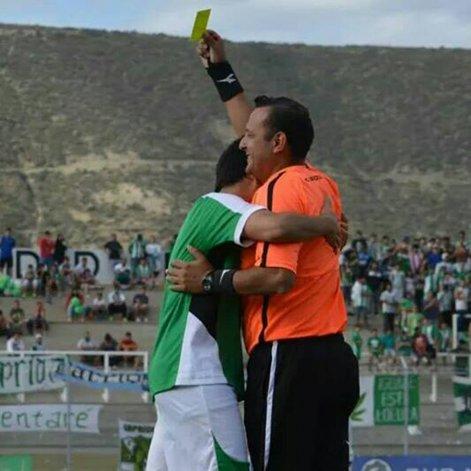 Guillermo Díaz y una imagen poco usual: que un jugador no proteste.