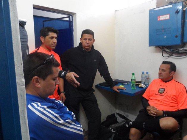 Díaz junto a sus colegas uniendo criterios en el entretiempo.