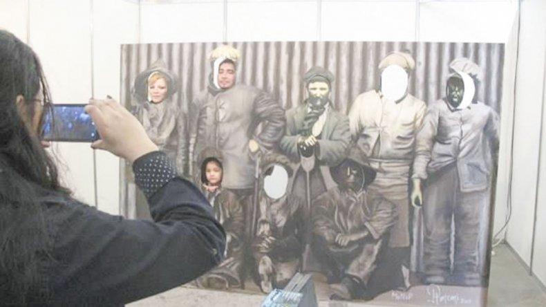El mural de los obreros empetrolados se transforma en un espacio clásico para fotografiarse en el Museo del Petróleo.