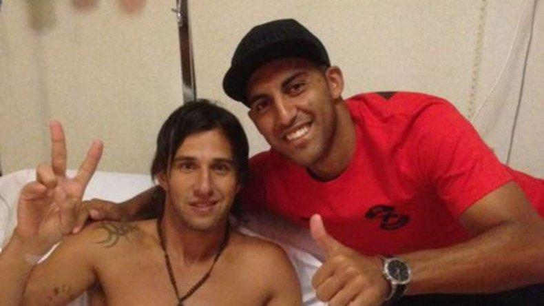 Patricio Toranzo acompañado por Ramón Abila en la clínica donde fue operado.