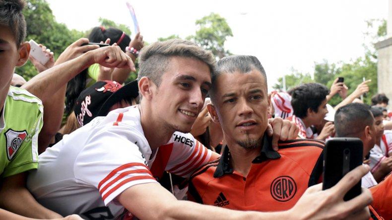 Andrés DAlessandro sacándose una selfie con un hincha de River ayer en Córdoba.