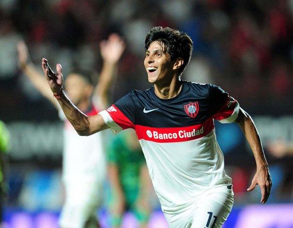 El comodorense Pablo Barrientos festeja el segundo gol de San Lorenzo ayer en el Nuevo Gasómetro.
