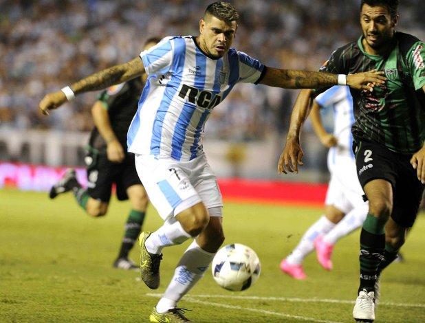 Gustavo Bou se lleva el balón marcado por Francisco Mattia en el partido que se disputó anoche en Avellaneda.