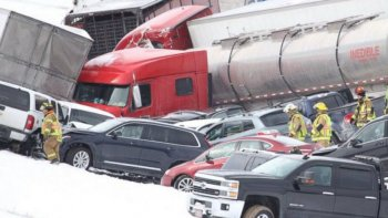 un choque de mas de 50 autos deja al menos tres muertos en estados unidos