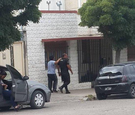 Destacan el gesto de un policía que acompañó a un no vidente en la calle