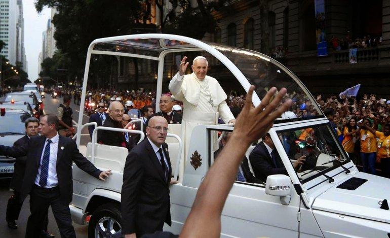 Francisco en su recorrido con el papamóvil por el Distrito Federal.