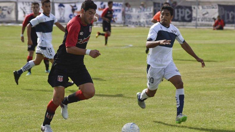 Diego Rubilar se lleva el balón marcado por Sebastián Benites en el partido que ayer empataron sin goles Ameghino y Newbery.