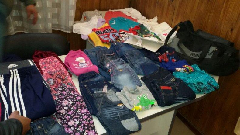 Allanaron un domicilio y encontraron prendas de vestir robadas a una tienda