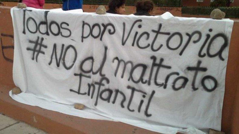 Uno de los carteles que colocaron los vecinos que se convocaron en el Hospital Regional para pedir por la salud de la pequeña Victoria.
