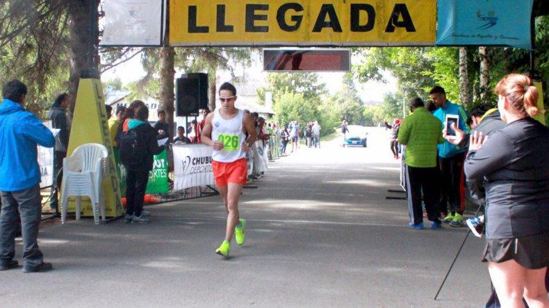 Joaquín Arbe y Alejandra Carinao ganaron el Medio Maratón al Paraíso
