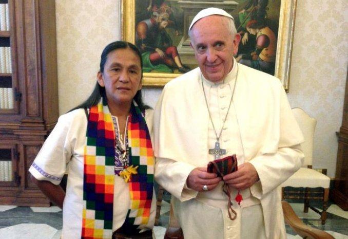 Francisco le mandó un rosario bendecido a Milagro Sala